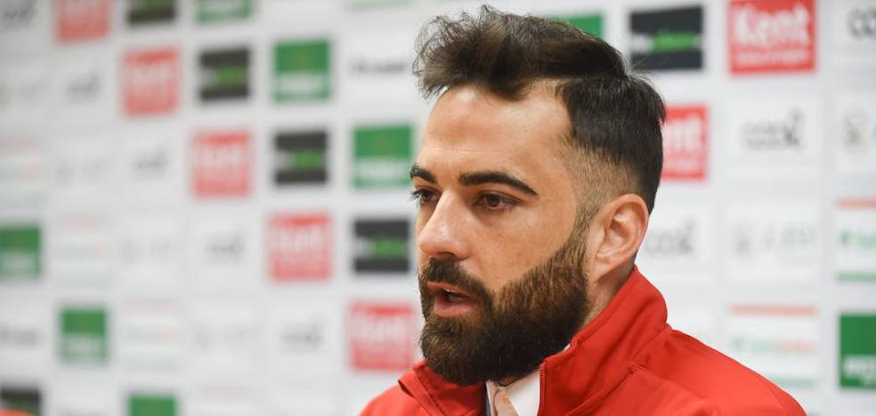 El Murcia fulmina a Borja Gómez y el central denuncia al club por despido improcedente