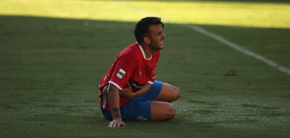 La defensa del Murcia tira por tierra el estreno de Basadre