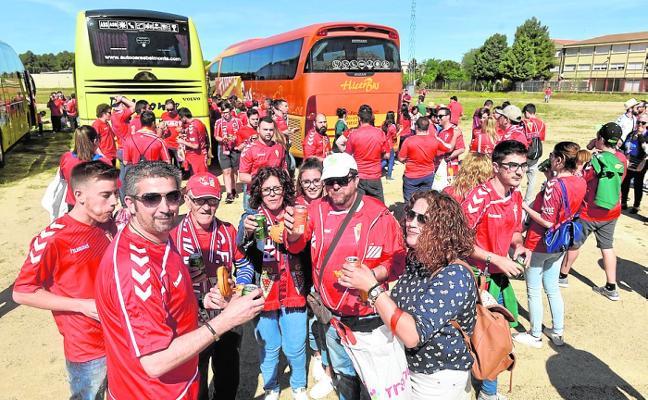 Los peñistas quieren llenar cinco autobuses para que el campo de El Ejido sea grana