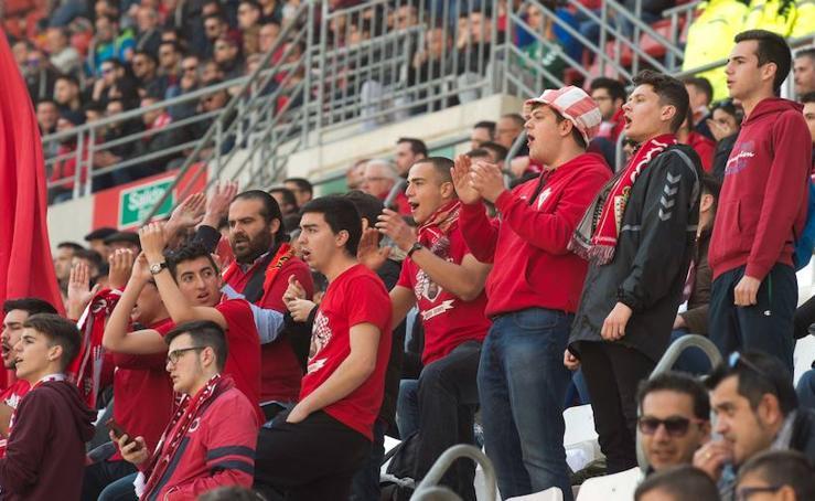 La afición grana no dejó de animar a su equipo, a pesar de la derrota ante el Córdoba B