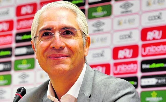 De la Vega pilla en fuera de juego a Moro y ejerce su opción de comprar el Murcia
