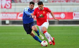 El Murcia no brilla, pero agarra con fuerza el 'playoff'