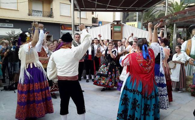 La huerta y el folclore animan la plaza de España