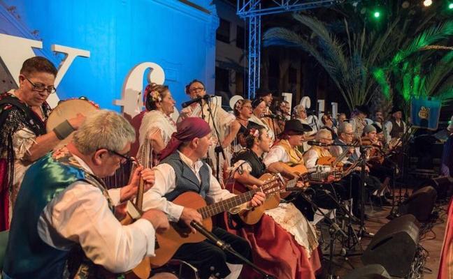 La plaza de España vive el Festival de Folclore más multitudinario