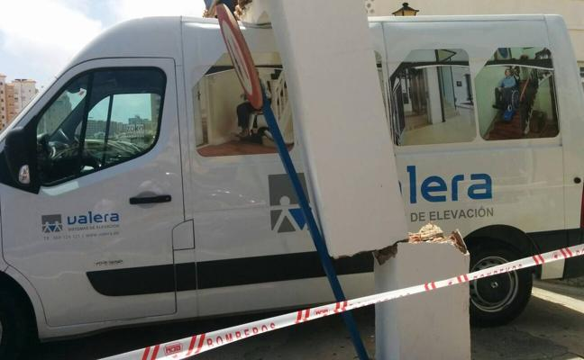 Una furgoneta arranca el arco de un aparcamiento en La Manga y bloquea la salida