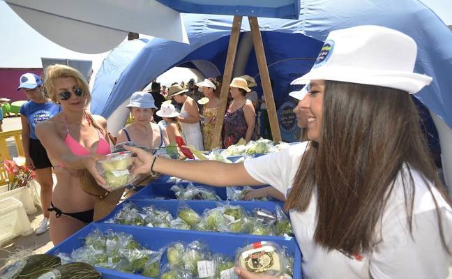 Éxito de la campaña de reparto de fruta en Santiago de la Ribera