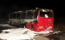 Un incendio calcina un autobús en San Javier