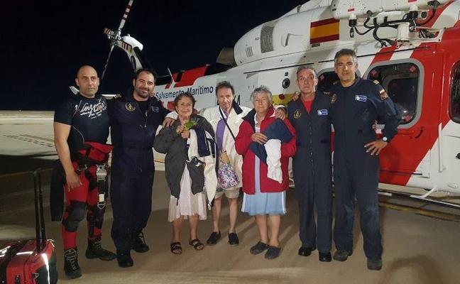 Así fue el rescate de los tripulantes de un velero encallado en la isla Perdiguera