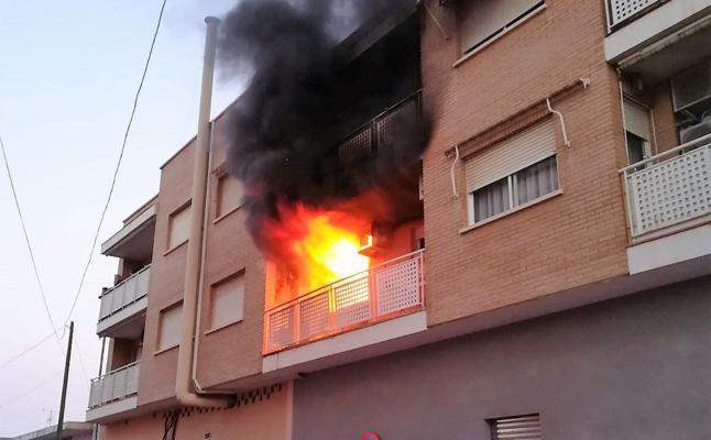 Varios niños intoxicados por el incendio de una vivienda en San Javier