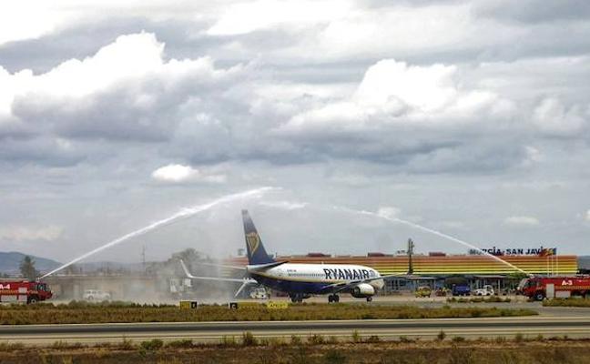 El aeropuerto de San Javier inaugura dos rutas a Bruselas y Leeds