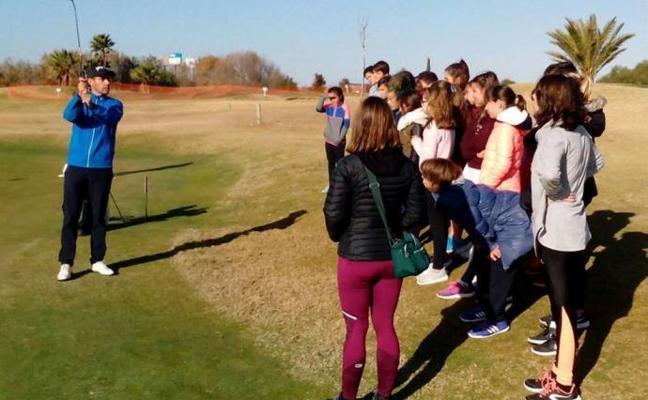 Más de 200 alumnos se prueban este curso con los palos de golf