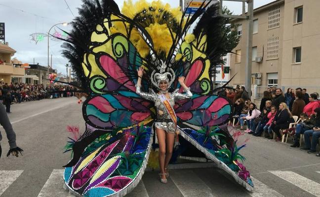Miles de plumas dan movimiento al Carnaval de La Ribera