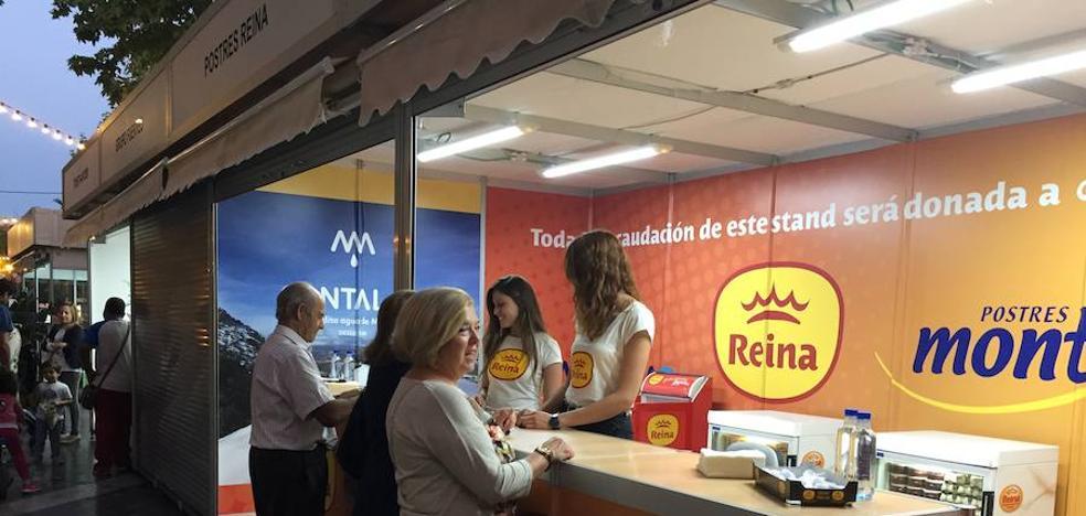 Grupo Postres Reina entrega la recaudación solidaria obtenida durante Las Cocinas del Jubileo a APCOM