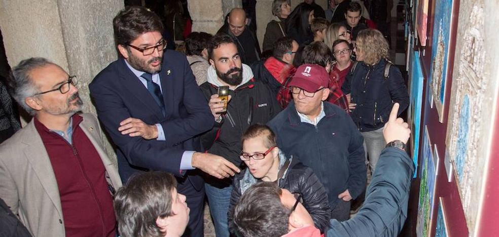 El Claustro del Castillo de Caravaca acoge la exposición 'Camino a la inclusión', con obras realizadas por personas con discapacidad