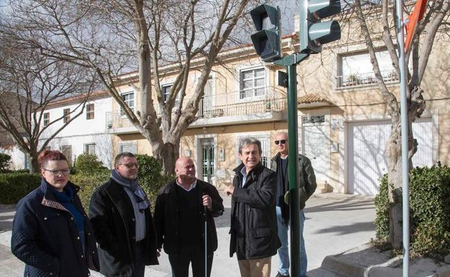 Fomento automatiza los semáforos de Los Prados para que personas con discapacidad los activen desde el móvil