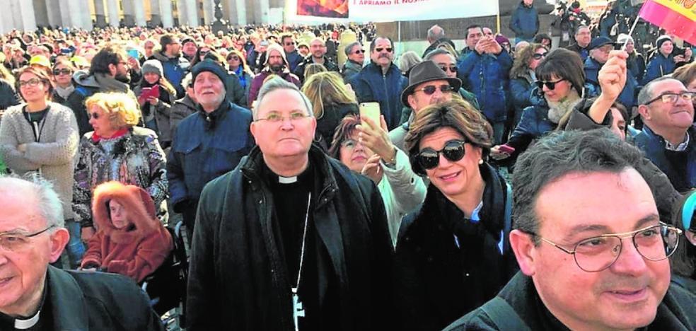 El Papa saluda durante el Ángelus a la comitiva procedente del Año Jubilar