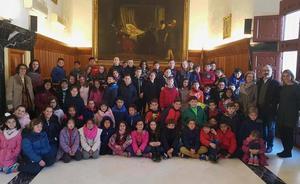 Alumnos del colegio 'La Santa Cruz' visitan el Ayuntamiento, dentro del proyecto educativo 'Juntos vivimos mejor'