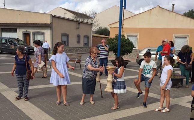 Una cadena humana vació la iglesia de Los Olmos antes del derribo