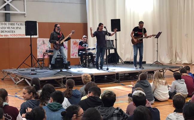 Pizarras por guitarras en el colegio de Dolores de Pacheco