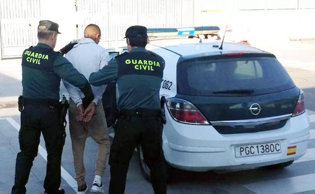 Dos agentes escoltan al detenido. /Guardia Civil