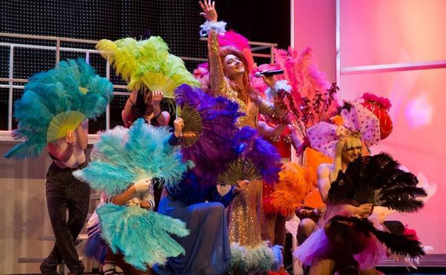 El CAES se rinde a un alocado cabaret con bailarines y transformistas