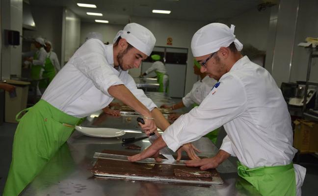 Los alumnos de cocina prepararán 41 menús diarios para los vecinos más necesitados