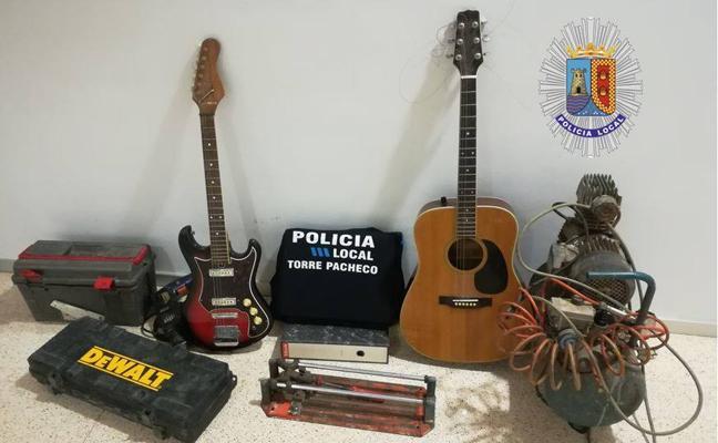 Detenidos cuando transportaban guitarras y bicicletas robadas en un domicilio