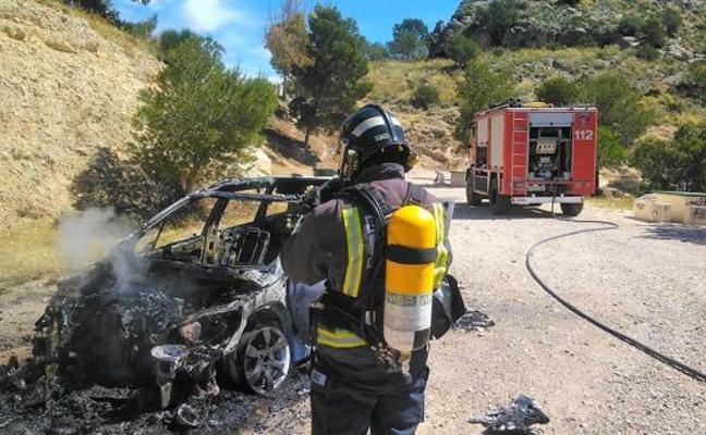 Extinguen un conato de incendio forestal por la explosión de un coche en Cieza