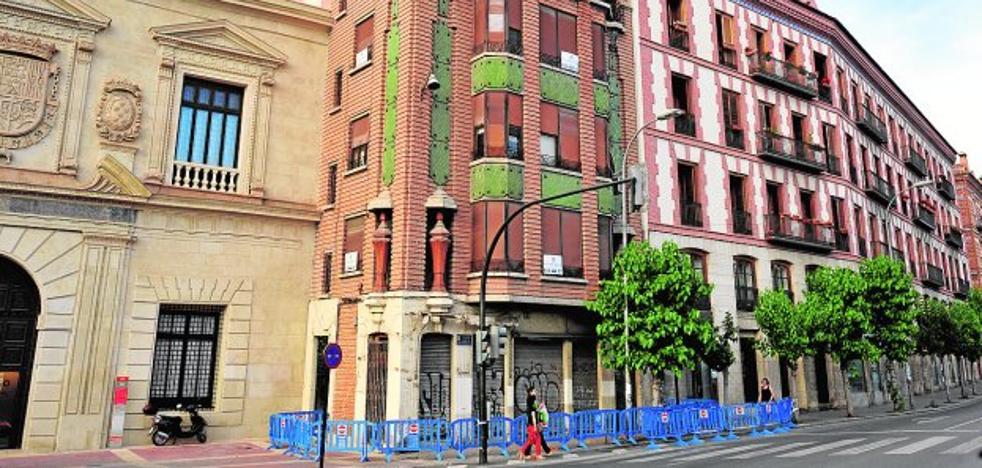 El peligro de desprendimientos en la fachada obliga a acordonar la histórica 'Casa de los Jarrones'