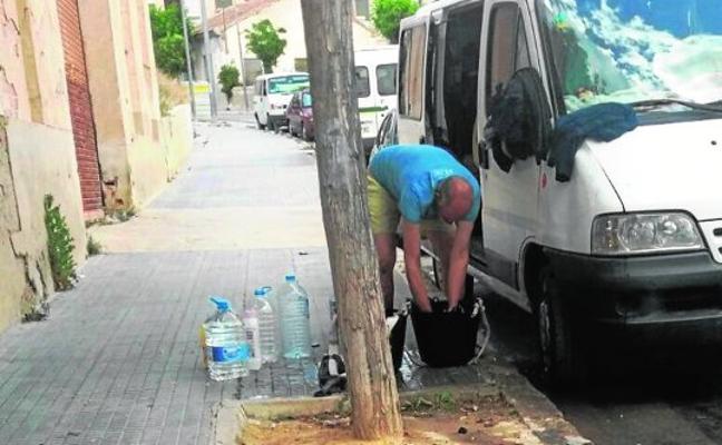 Los temporeros acampados en la calle vuelven a despertar las quejas vecinales