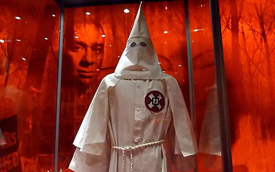 Aparecen panfletos del Ku Klux Klan en una ciudad de Texas