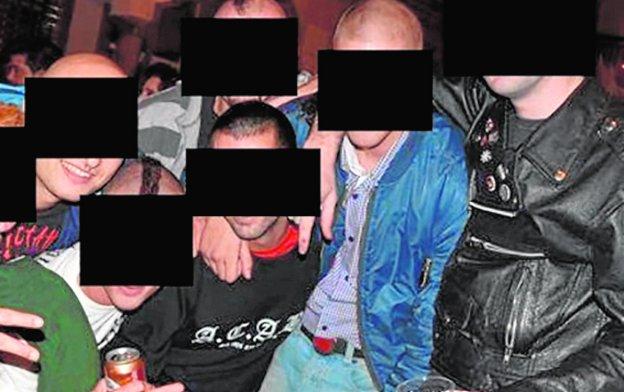 El joven sancionado, con una camiseta en la que se lee 'ACAB', siglas que esconden insultos a la Policía.