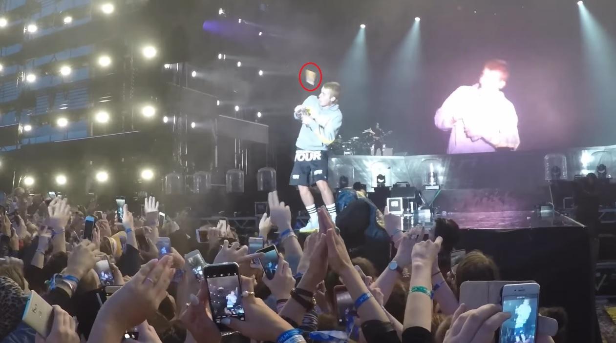 Un fan le tira un objeto a Justin Bieber tras negarse a cantar 'Despacito'