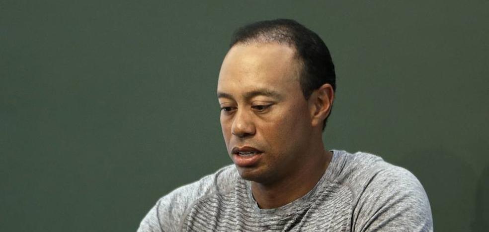 Tiger Woods dice recibir ayuda profesional para lidiar con los medicamentos