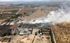 Extinguen un incendio en una fábrica de palets en Las Torres