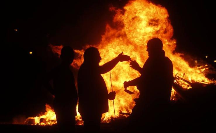 Hogueras de San Juan en Cartagena y quema de una falla en Santa Lucía