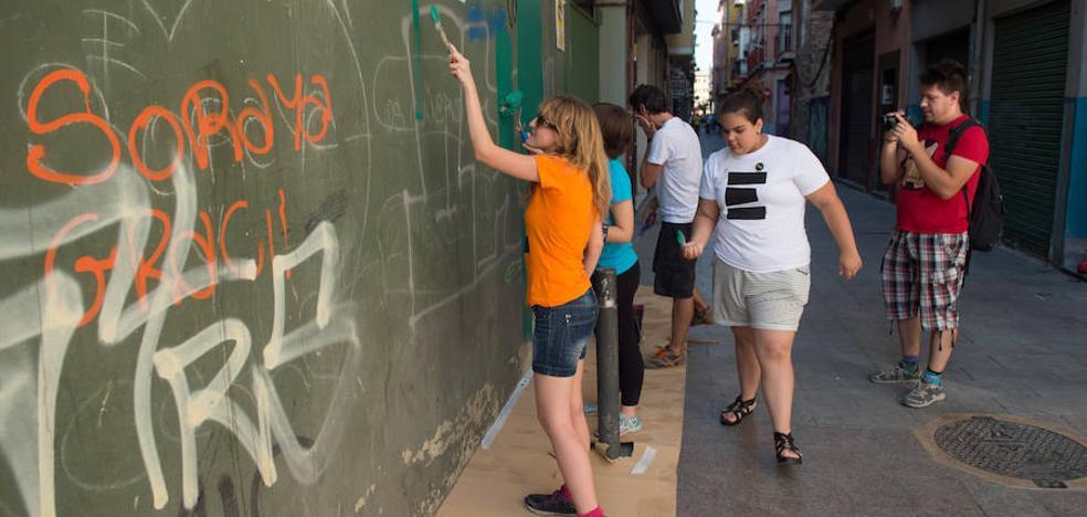 Vecinos de Santa Eulalia limpian de pintadas el barrio a brochazo limpio