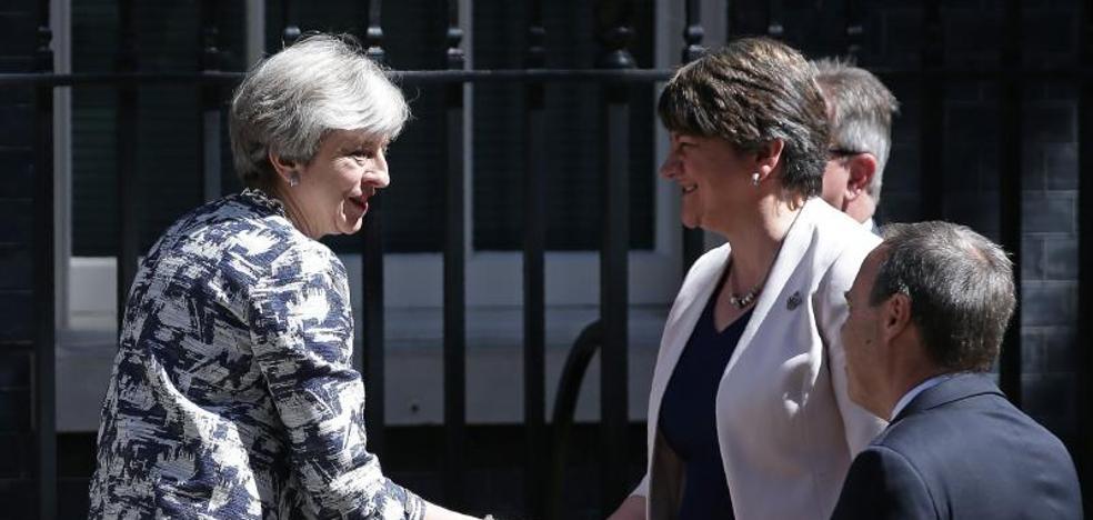 May llega a un acuerdo con los unionistas del DUP para gobernar en minoría