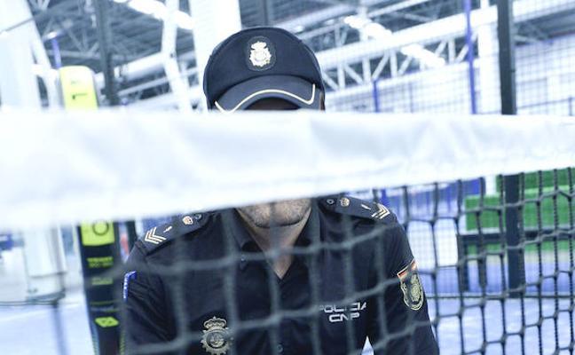 El policía que reanimó a un jugador de pádel: «Le di un abrazo y nos emocionamos»