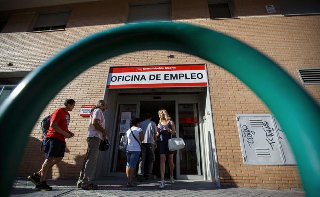 El inicio de la temporada veraniega reduce el paro en casi 100.000 personas y crea 87.000 empleos