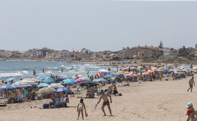 Multas de hasta 750 euros por jugar a las palas en la playa o por orinar en el mar