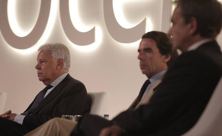 El coloquio entre González, Aznar y Zapatero, en imágenes