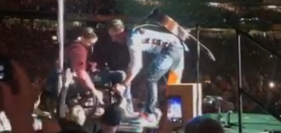 Chris Martin sube a un fan en silla de ruedas al escenario