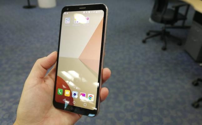 LG lanza el primer 'smartphone' de gama media con pantalla «sin límites»