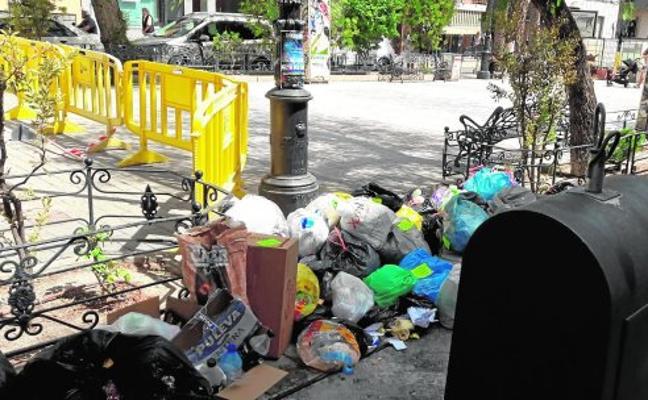 Indignación vecinal porque no se recoge la basura que está fuera del contenedor