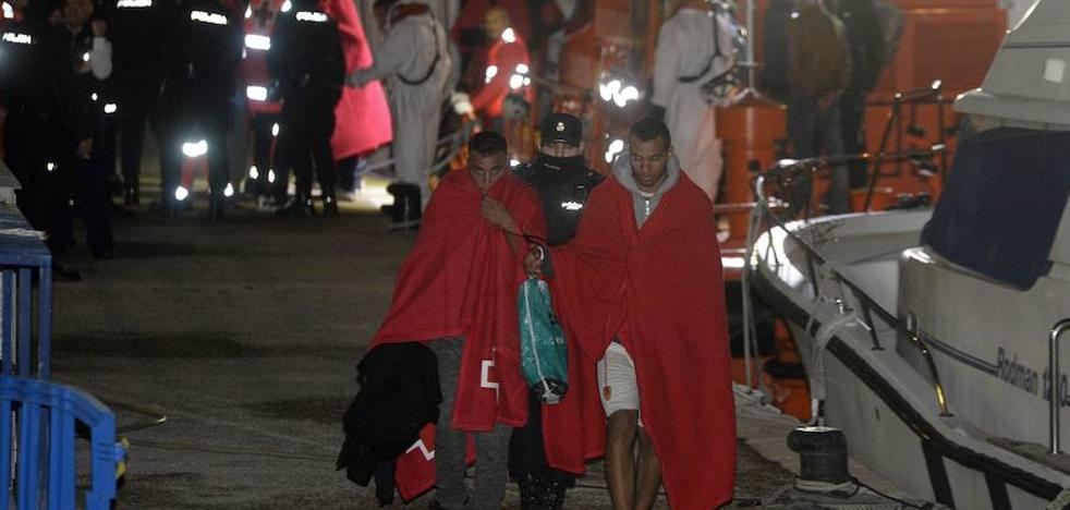 Llega una patera con diez inmigrantes a La Manga y uno consigue escapar