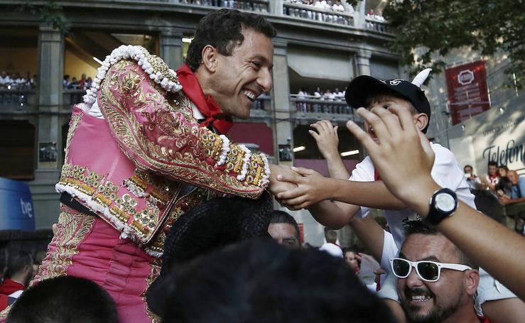 Rafaelillo abre la puerta grande en Pamplona tras enfrentarse a los 'miuras'