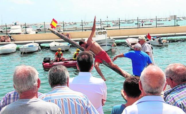 Los pescadores recuperan la tradicional cucaña