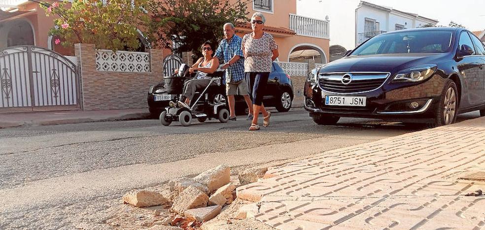 Vecinos de Bahía de Mazarrón se rebelan contra el Ayuntamiento por la falta de servicios