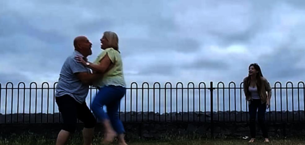 Una pareja queda inconsciente al practicar el salto de 'Dirty Dancing'